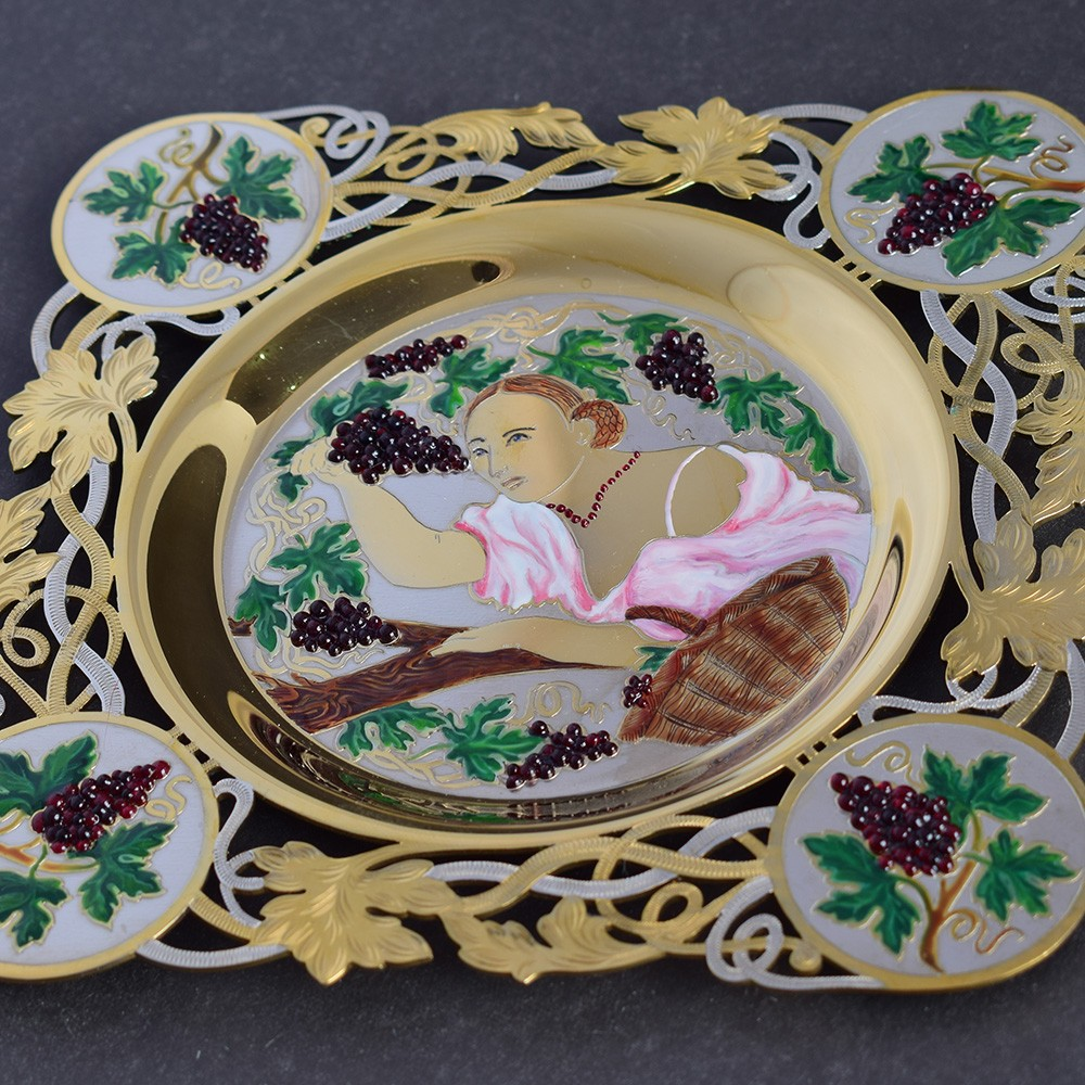 Woman with grapes - exclusive dishes