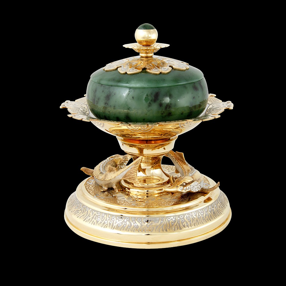 An expensive dish of gold and jade to decorate a rich table.