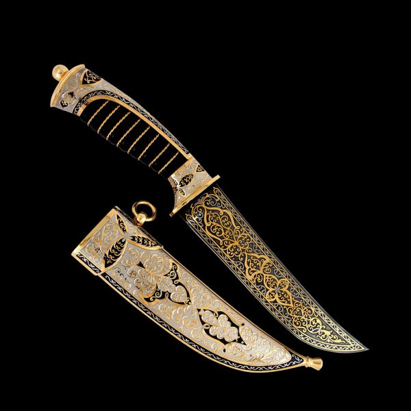 Oriental knife richly decorated with gold