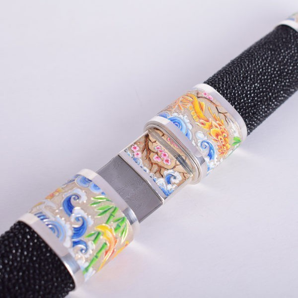 Japanese knife covered with stingray leather decorated with color drawings