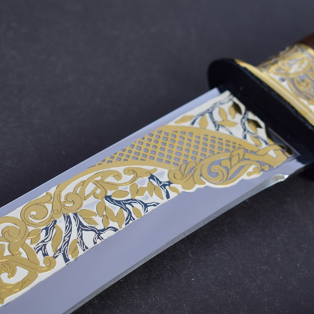 Knife blade decorated with embossed vegetable pattern and patterns covered with gold and artistic enamel
