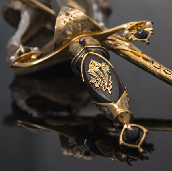 Qatari Dagger with an ebony hilt decorated with gold and diamonds.