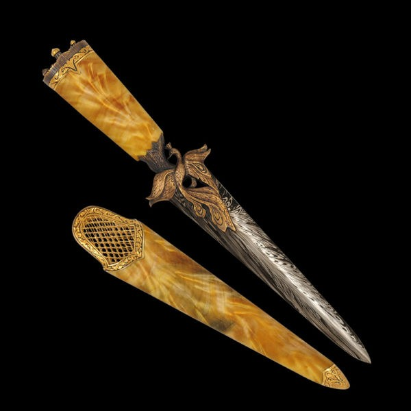 Dagger from Russian folklore - The Firebird. The blade is made of art damask. Heat Bird is similar to the phoenix. Therefore, the dagger tones are so fiery.
