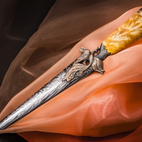 The guard of the dagger is made in the form of a cast figure of the Firebird. From the front, it appears in all its glory, in the crown, with spread wings and a fiery tail.