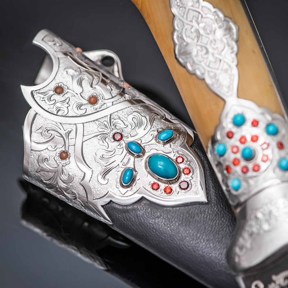 The combination of silver, light wood, dark patterned steel and bright gemstones creates a unique charm characteristic of oriental art.