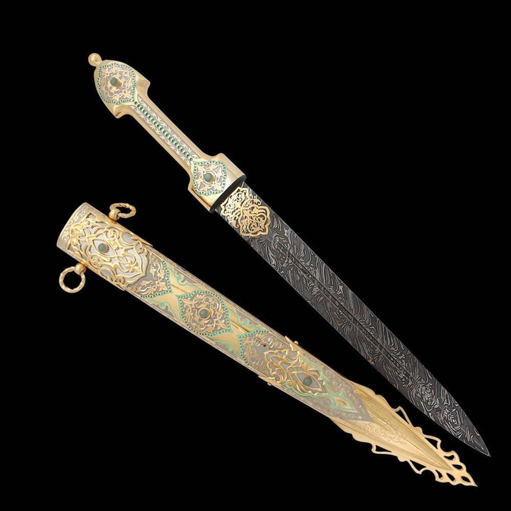 The dagger made by the masters of Chrysostom does not differ in combat qualities from the combat brothers of daggers. Unless only with magnificent patterns in pure gold and jewelry stones