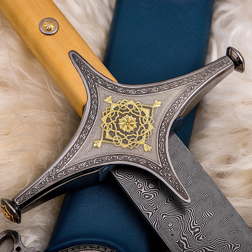 The cross of the Arabic sword decorated with hand engraving and a coating of 24K gold and rhodium metal, it is included in the platinum group of precious metals. The color has a silver color similar to silver
