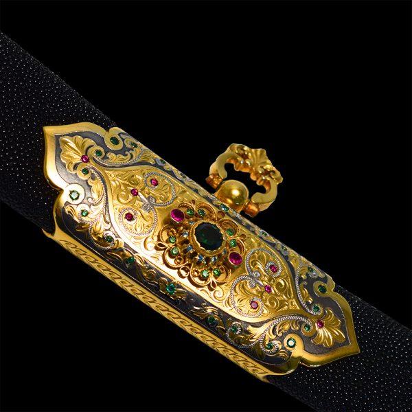 Ножницы обтянутые кожей морского ската декорированы золотом и кристаллами разных цветов и размеров