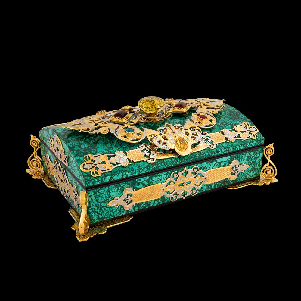 To create the box, the craftsmen used the semiprecious stone malachite. The top of the box is decorated with topazes, garnets, zircons, crystals.