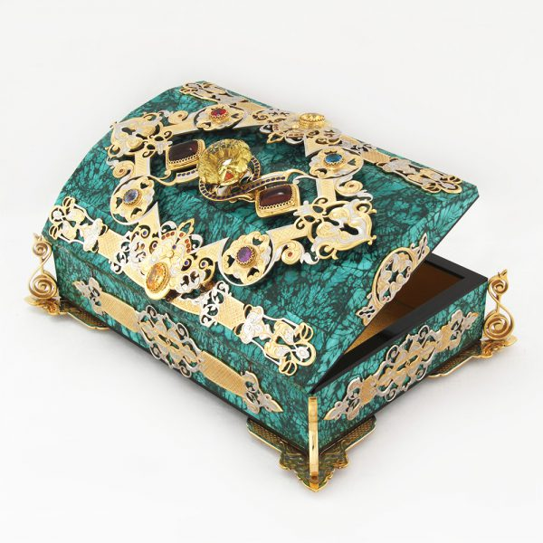 The team of masters from the famous Zlatoust does not cease to please with new ideas and fantastically beautiful works. A handmade malachite casket decorated with stones and precious metal.