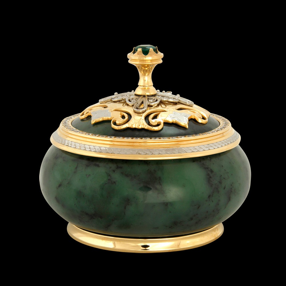 The casket body is carved from nephrite - the most durable ornamental stone that is difficult to crack.