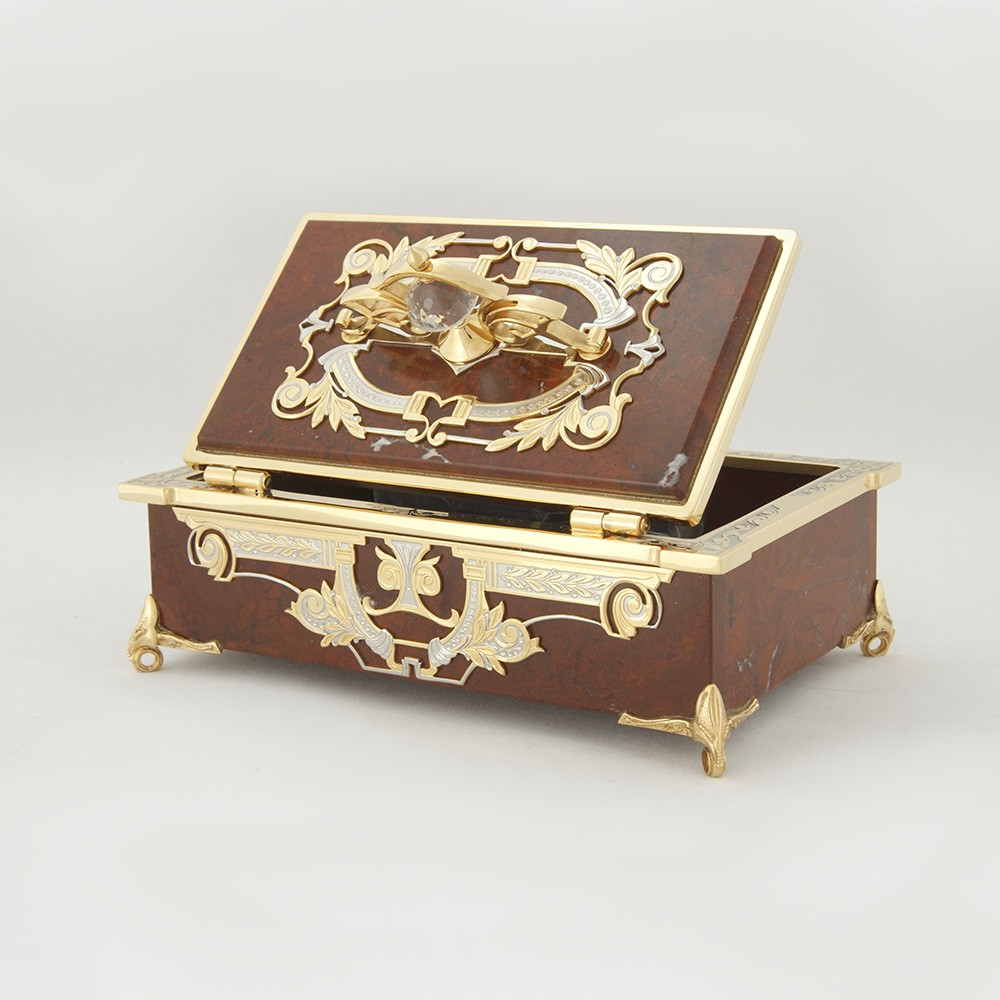 This elegant handmade casket will be a great gift for both a woman and a man who like to surround themselves with vivid things.