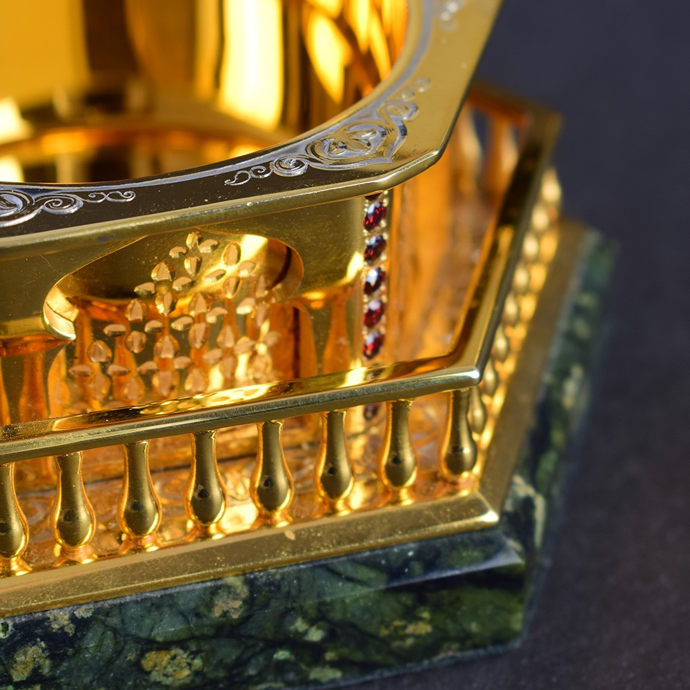 A traditional gift option was created especially for the interior owner, a person who professes Islam. The box's elements are carved by the stone artist of natural nephrite stone.