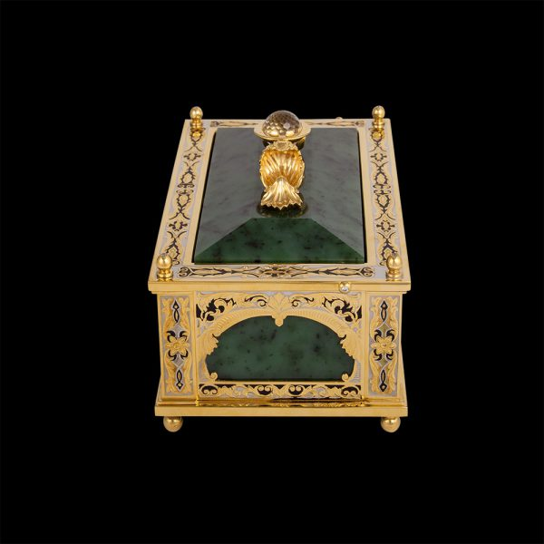 A handmade casket made of noble materials will become a worthy setting for the most expensive jewelry, as well as an elegant piece of furniture.