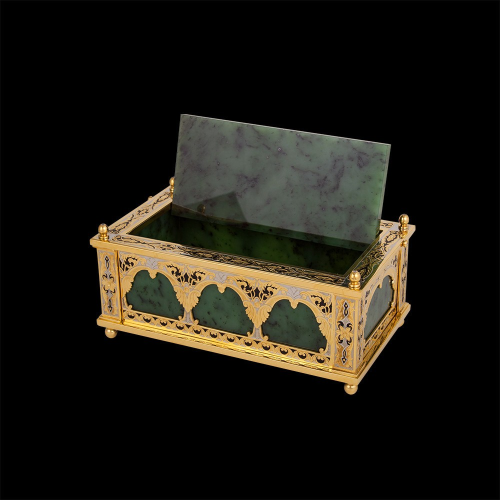 The casket body and lid are made from natural stone - nephrite - the most durable ornamental stone that is difficult to crack.
