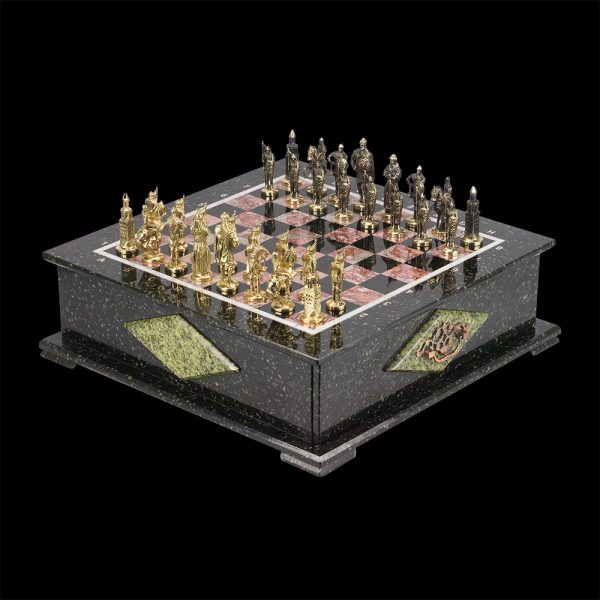 Especially for the interiors of residences and study rooms, imperial style chess has been made with gilded chess pieces and a casket of natural stone.