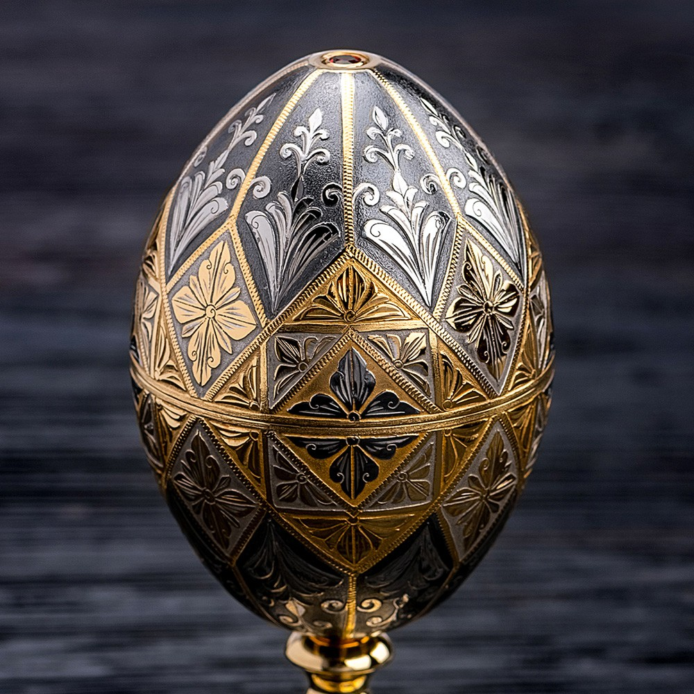 Easter egg decorated with manual engraving over the entire surface