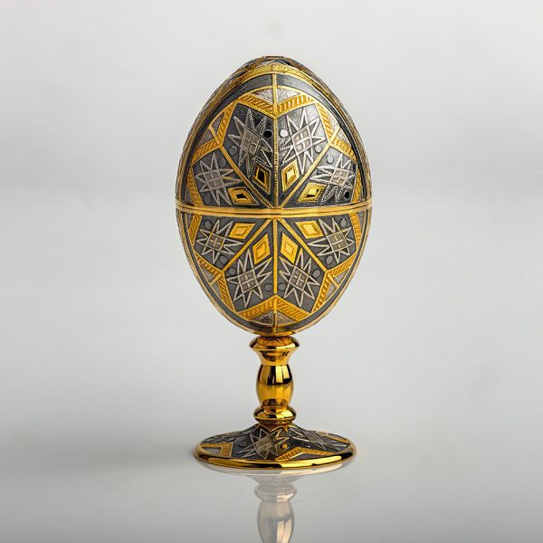 Exclusive work of Russian jewelers. Jewelry egg with relief engraving made by a master under a microscope.