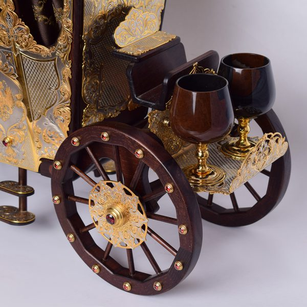 The carriage is a bar. Able to carry up to 6 glasses. The wheels of the carriage are able to move. Jewelry handmade.