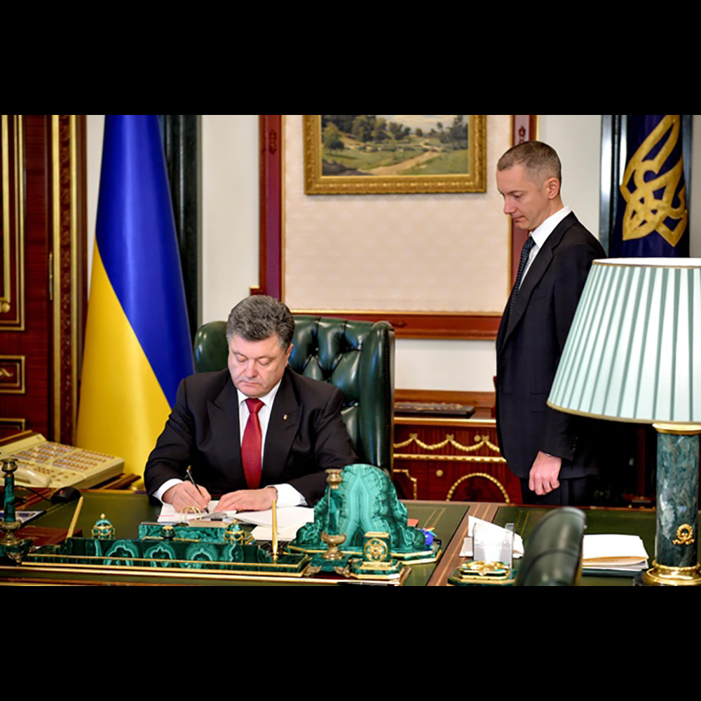 Handmade writing set in the presidential office of the head of Ukraine