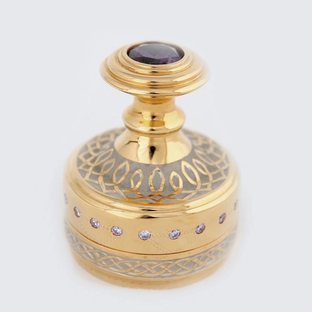 The gilded stamp attracts the eye. It is decorated with engraved patterns using the Zlatoust metal engraving technique. A stamp handle is decorated with a large gemstone.